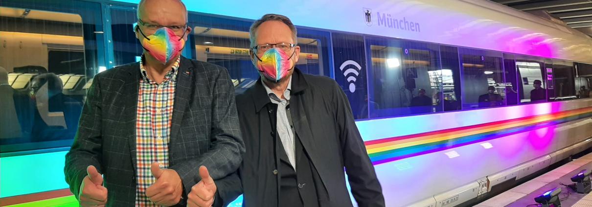 Oliver Kühn und Markus Löw vor dem Rainbow ICE der Deutschen Bahn