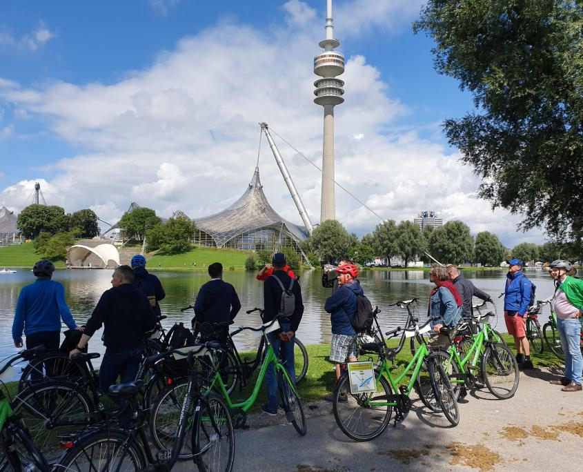 Fahrradgruppe auf dem Olympiagelände München