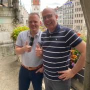 Markus R. und Dr. Georg B. auf dem Balkon des Münchener Rathauses